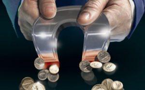 Как привлечь деньги в дом: заговор на подкову