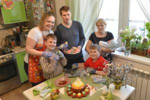 На Пасху нужно радоваться, собираться всей семьей и поздравлять ближних