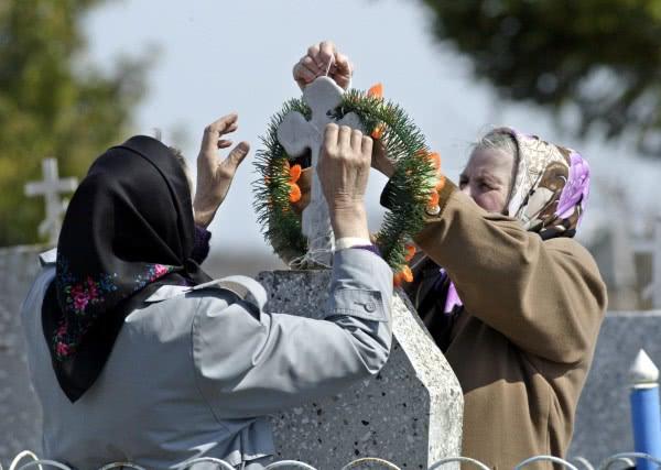 На кладбище в Радоницу наводят порядок и прибирают на могилах
