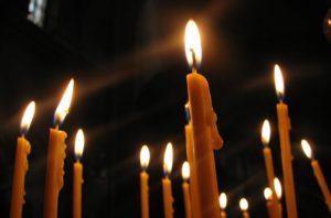 Как быстро продать дом: заговор на свечи