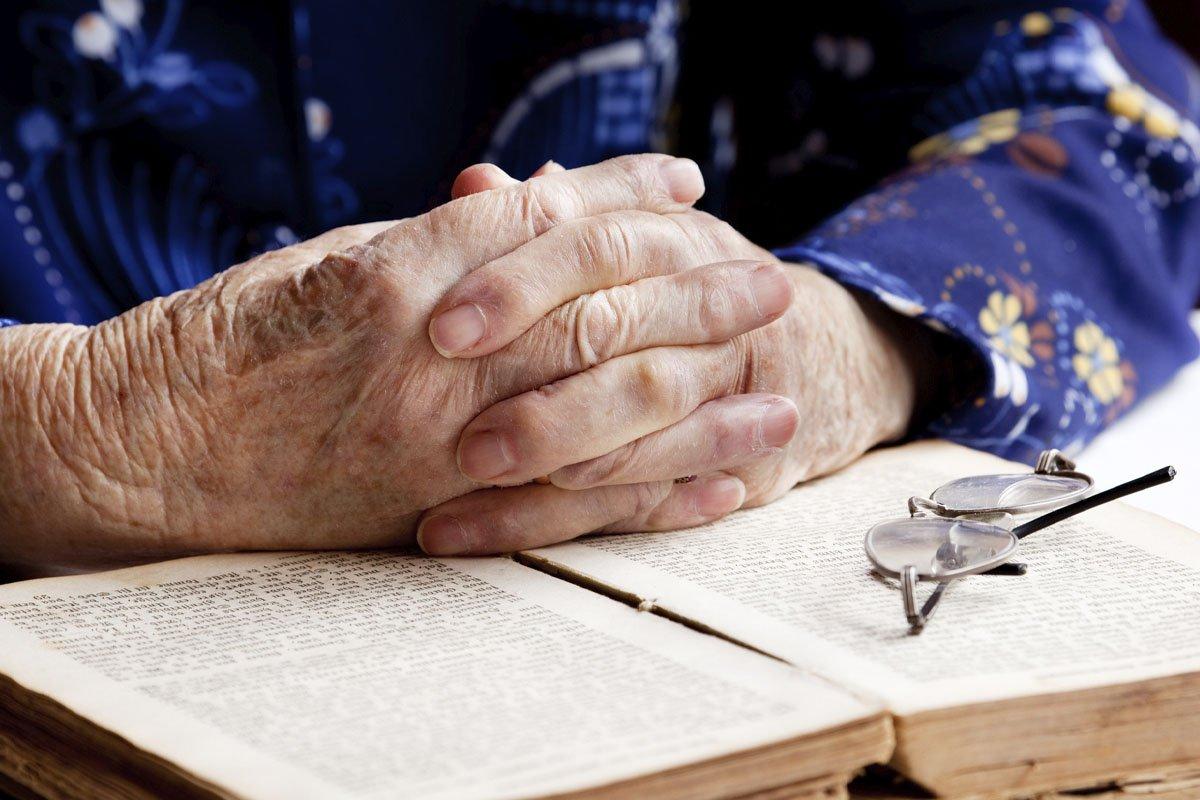 Самые сильные молитвы о внуках: кому и как молиться